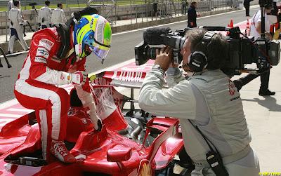 Фелипе Масса вылазит из болида Ferrari на Гран-при Турции 2008