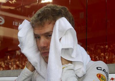 Себастьян Феттель вытирает лицо полотенцем на Гран-при Абу-Даби 2011