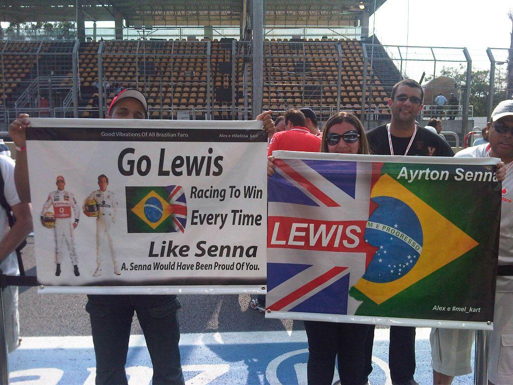 болельщики Льюиса Хэмилтона и Айртона Сенны с баннерами в поддержку пилотов на Гран-при Бразилии 2011