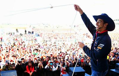 Даниэль Риккардо бросает лассо перед болельщиками Остина на Гран-при США 2014