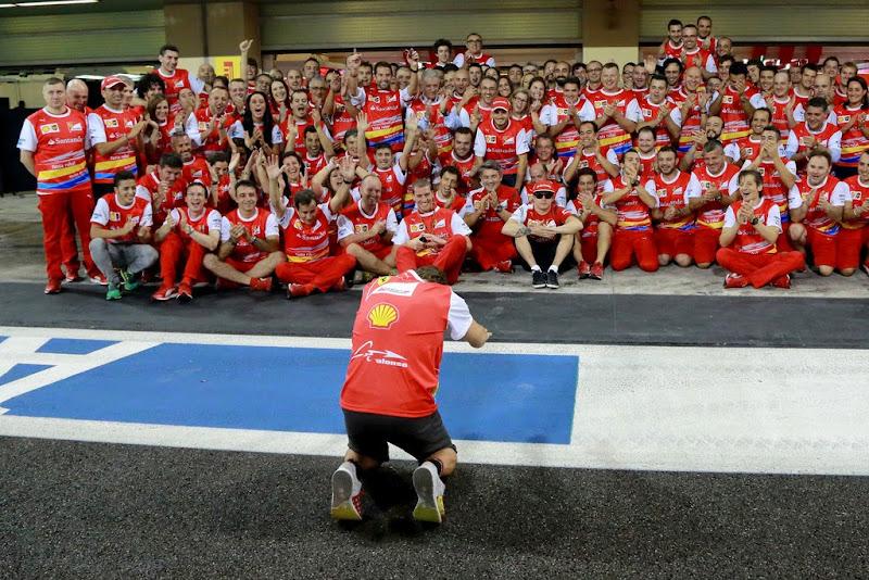 Фернандо Алонсо преклоняется на прощание перед командой Ferrari на Гран-при Абу-Даби 2014