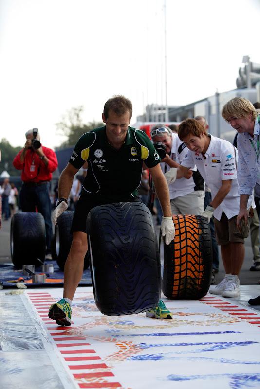 Ярно Трулли рисует на холсте при помощи резины на Гран-при Италии 2011 в Монце