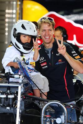 Себастьян Феттель и болельщик на болиде Red Bull на Гран-при Японии 2012