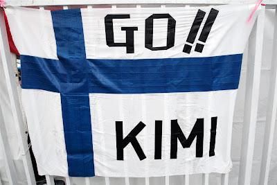 флаг болельщиков Кими Райкконена на Гран-при Японии 2012