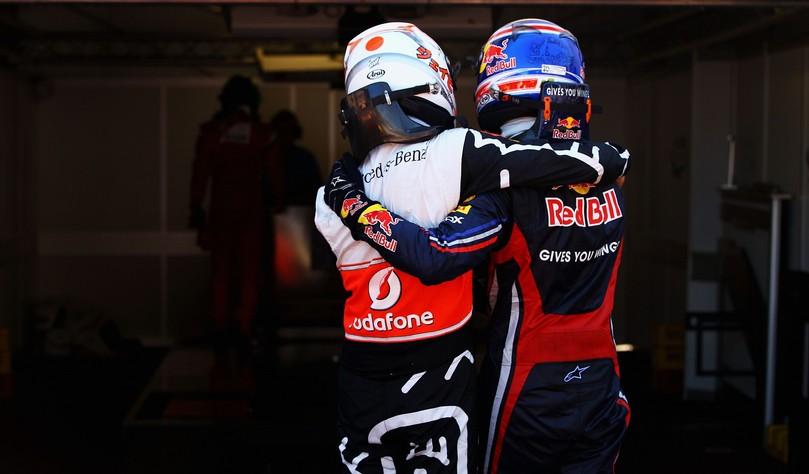 Дженсон Баттон и Марк Уэббер идут обнявшись после квалификации на Гран-при Монако 2011