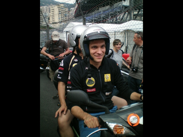 Виталий Петров на мопеде в шлеме на Гран-при Монако 2011