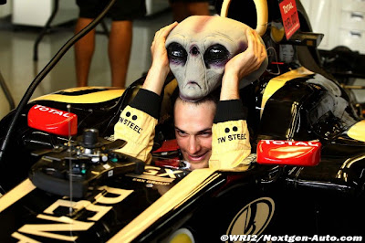 Бруно Сенна снимает маску инопланетянина в кокпите Lotus Renault на Гран-при Бразилии 2011