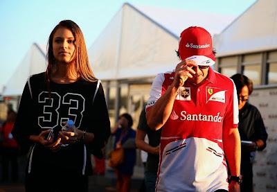 Даша Капустина и Фернандо Алонсо идут по паддоку Гран-при Японии 2013