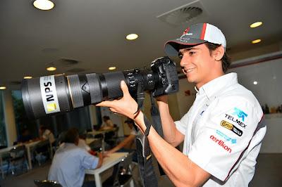 Эстебан Гутьеррес с огромной камерой на Гран-при Индии 2013