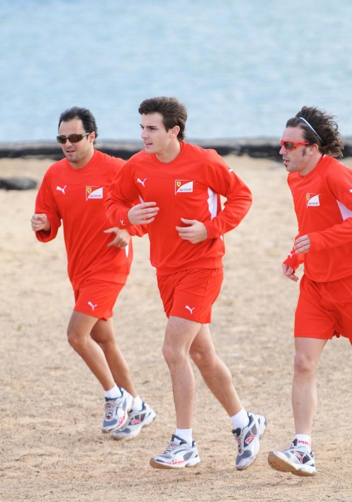 Фелипе Масса, Жюль Бьянки и Фернандо Алонсо бегают на тренировочной сессии Ferrari на испанском острове Лансароте 26 января 2012