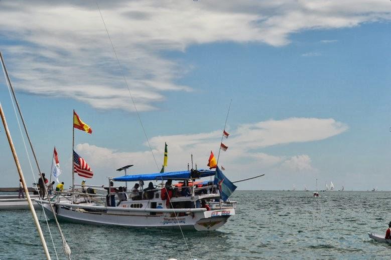 perahu pendamping sandeq race di pantai bahari
