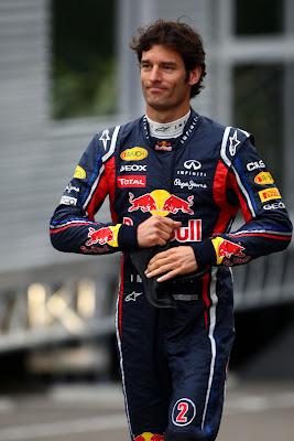 веселый Марк Уэббер идет по паддоку Спа на Гран-при Бельгии 2011