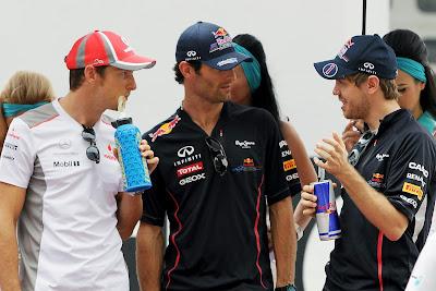 Себастьян Феттель объясняет что-то Дженсону Баттону и Марку Уэбберу на параде пилотов Гран-при Малайзии 2012