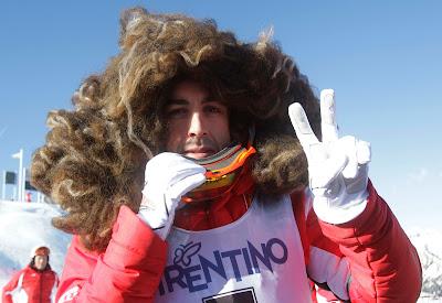 Фернандо Алонсо в пышном парике катается на лыжах на Wrooom 2012
