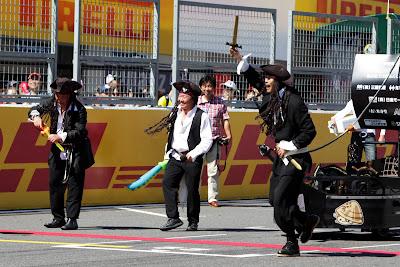 пираты на трассе Сузука во время Soapbox race на Гран-при Японии 2011