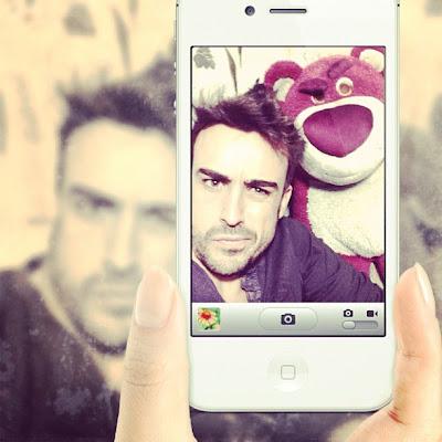 Фернандо Алонсо и медведь фотографируются на телефон