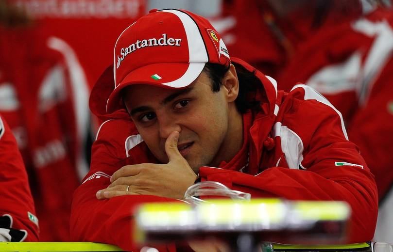 Фелипе Масса ковыряется в носу в боксах Ferrari на Гран-при Кореи 2011