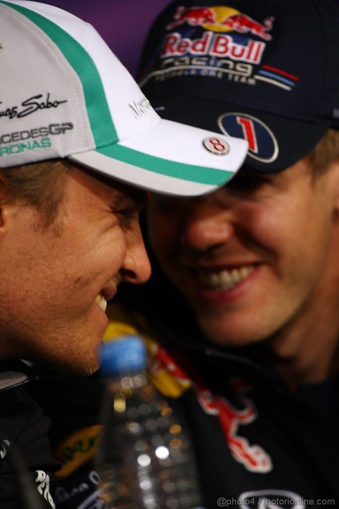 Нико Росберг и Себастьян Феттель смеются на пресс-конференции Нюрбургринга на Гран-при Германии 2011 в четверг