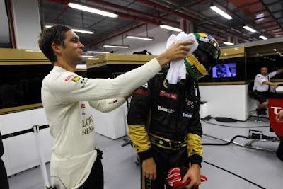 Виталий Петров пытается протереть визор Бруно Сенны в гараже LRGP на Гран-при Сингапура 2011