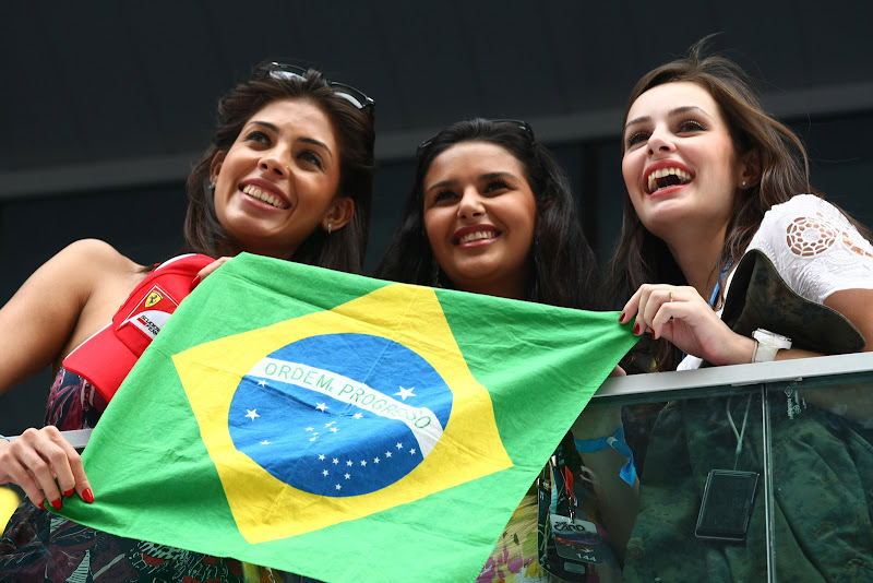 болельщики Фелипе Массы с бразильским флагом на трибунах Буддха на Гран-при Индии 2011