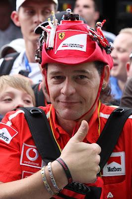 болельщик с шикарной шляпой на Гран-при Бельгии 2012