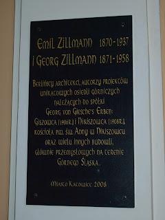 tablica pamiatkowa poswiecona tworcom Kosciola i kamienic na Nikiszowcu Emilowi i Georgowi Zilmannom