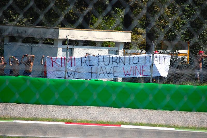 Кими, возвращайся в Италию, у нас есть вино - баннер болельщиков Ferrari на Гран-при Италии 2013