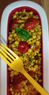 Kukurydza z pomidorami bazylia szczypiorek ,zioła