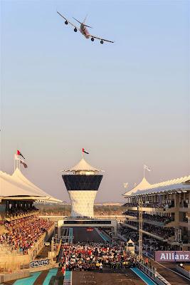 самолет Etihad пролетает над стартовой решеткой Гран-при Абу-Даби 2014