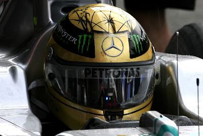 Михаэль Шумахер в кокпите в золотом шлеме на Гран-при Бельгии 2011