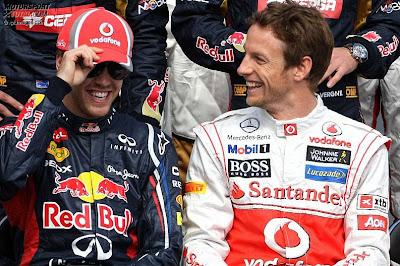 Себастьян Феттель примеряет кепку McLaren Дженсона Баттона на фотосессии перед началом сезона на Гран-при Австралии 2012