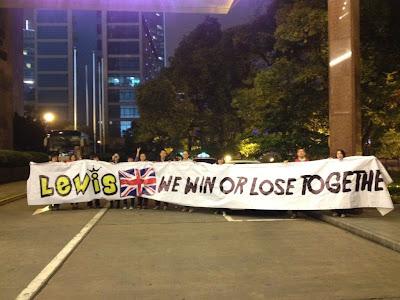 болельщики Льюиса Хэмилтона с баннером на Гран-при Китая 2012