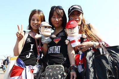 болельщицы Михаэля Шумахера и Дженсона Баттона с куклами пилотов на Гран-при Японии 2011