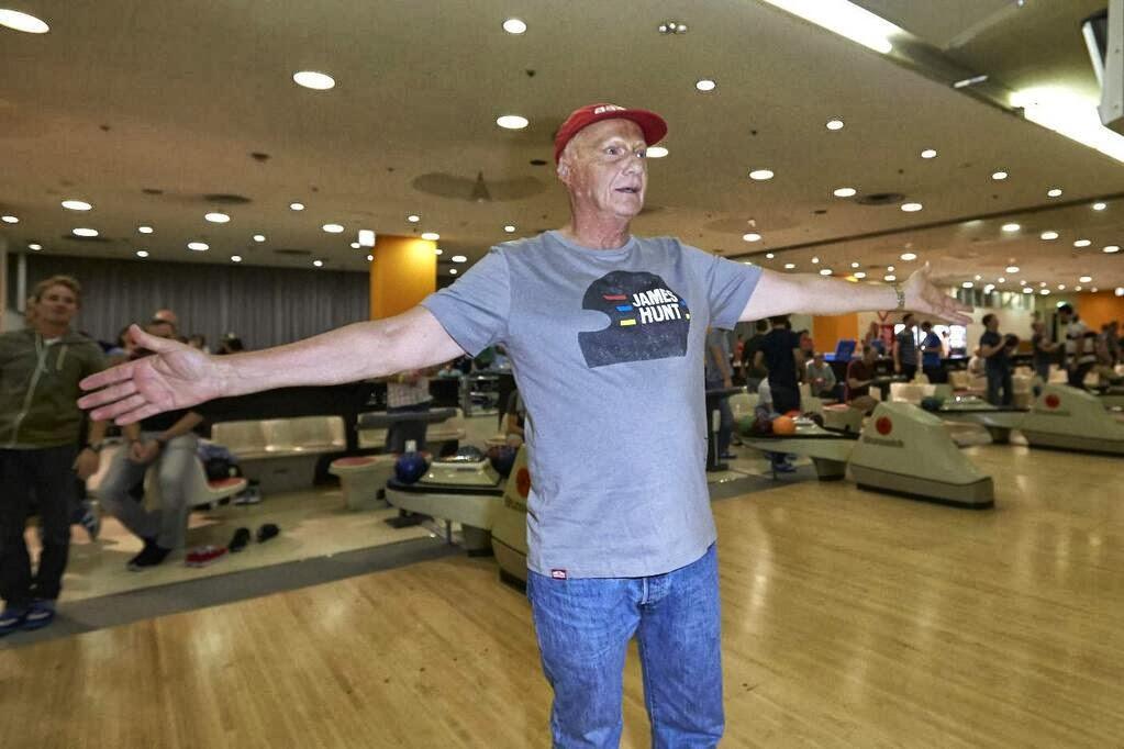 Ники Лауда играет в боулинг в футболке Джеймса Ханта