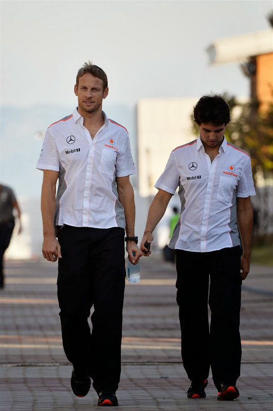 Дженсон Баттон и Серхио Перес гуляют по паддоку Йонама на Гран-при Кореи 2013