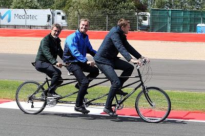 Комментаторы BBC Эдди Джордан, Дэвид Култхард и Джек Хамфри катаются на трёхместном велосипеде по обновлённому Сильверстоуну на Гран-при Великобритании 2011