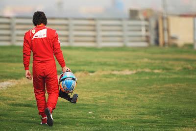 Фернандо Алонсо на трассе Буддх после своего схода во время второй сессии свободных заездов на Гран-при Индии 2011