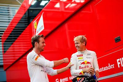 Гидо ван дер Гарде ударяет в плечо Себастьяна Феттеля в паддоке Монцы на Гран-при Италии 2013