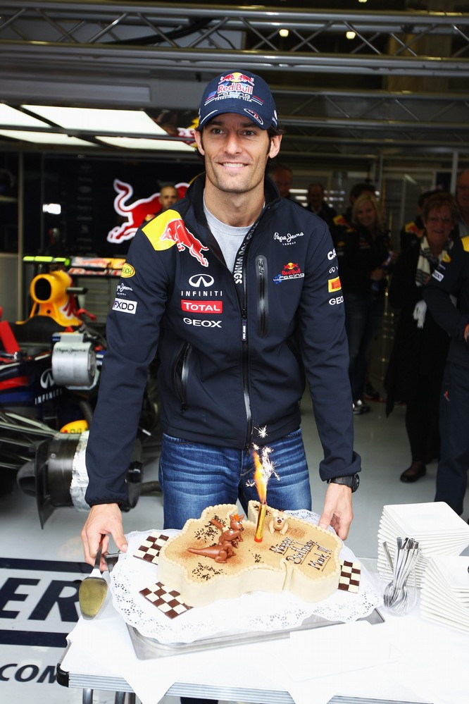 Марк Уэббер с горящим праздничным тортом на Гран-при Бельгии 2011