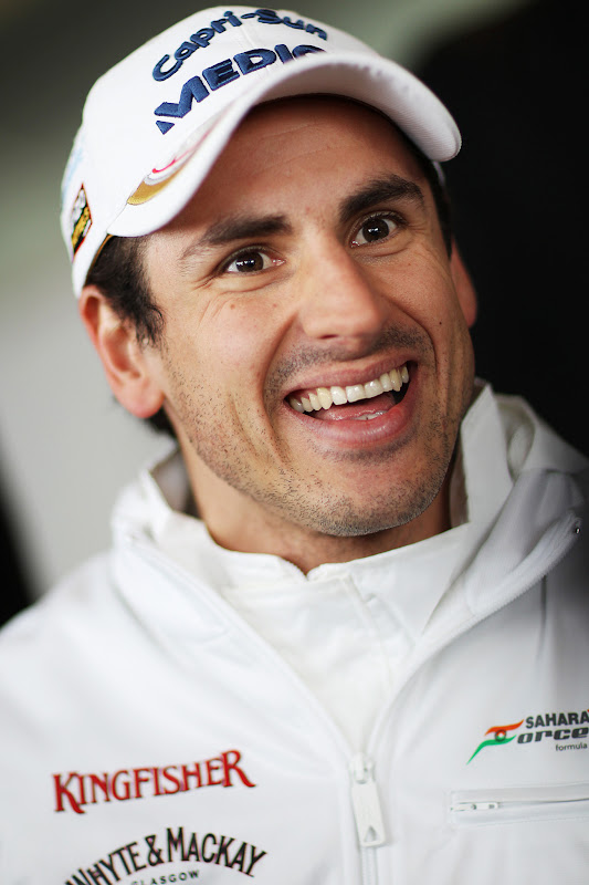 улыбающийся Адриан Сутиль на предсезонных тестах в Барселоне 28 февраля 2013