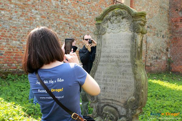 Ruiny Kościoła w Fiszewie - odsłonięta zabytkowa stella