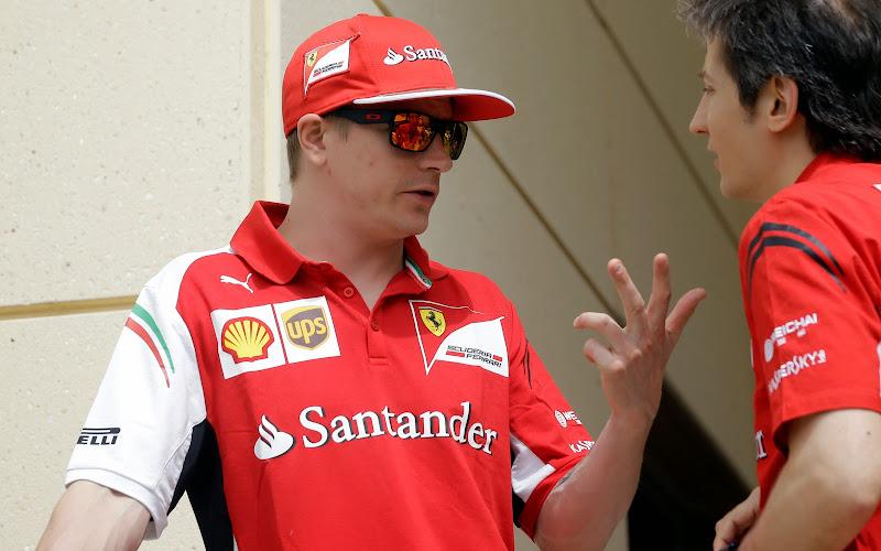 Кими Райкконен пальцует перед Массимо Риволой на Гран-при Бахрейна 2014