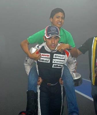 Пастор Мальдонадо уносит своего брата от пожара на Гран-при Испании 2012
