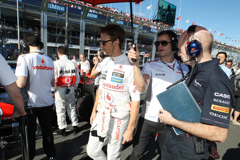 Эдриан Ньюи и Дженсон Баттон на стартовой решетке Альберт-Парка на Гран-при Австралии 2012
