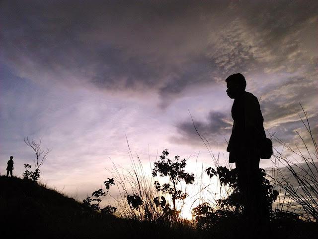 berfoto latar senja di puncak kanusuang polewali mandar