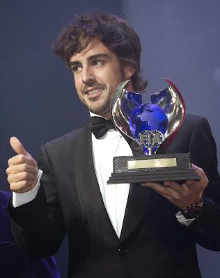 Фернандо Алонсо получает кубок за второе место в чемпионате на церемонии награждения FIA Gala 2013