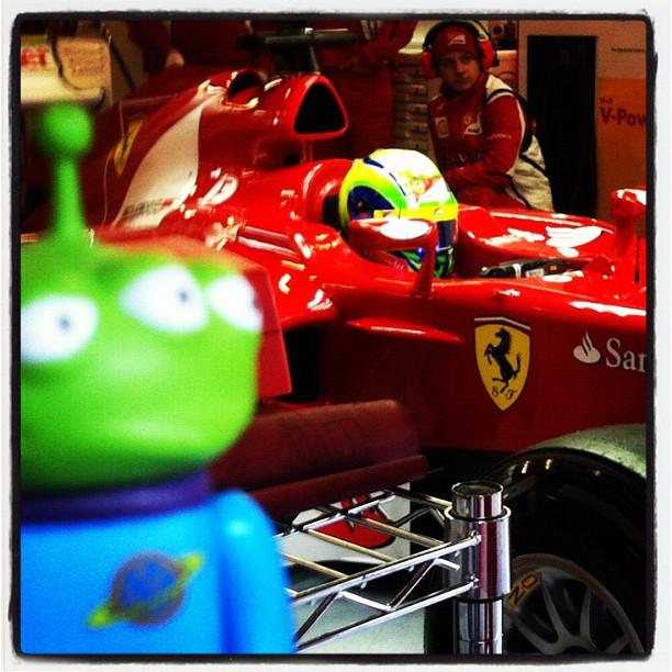 Toy Story Aliens и Фелипе Масса в боксах Ferrari на трассе Каталунья на предсезонных тестах 2012 в Барселоне