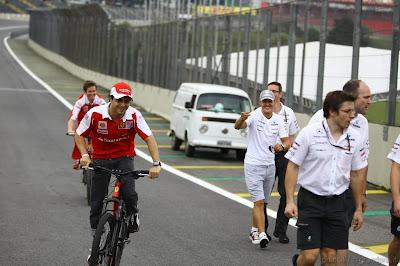 Фелипе Масса шутит на Михаэлем Шумахером на Гран-при Бразилии 2010