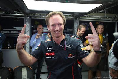 Кристиан Хорнер показывает пальцы на Гран-при Бразилии 2012