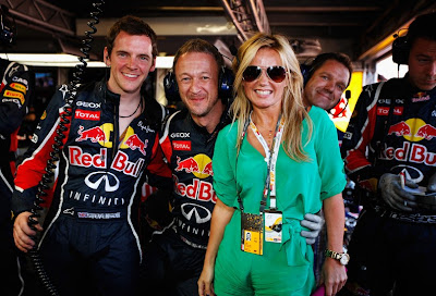 Джерри Холливел в боксах команды Red Bull с механиками перед гонкой на Гран-при Монако 2011